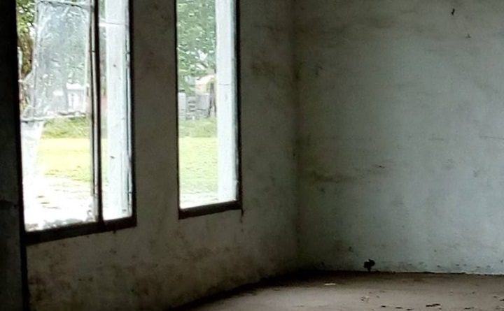 Imagen del salón del CEF y uno de los vidrios rotos