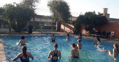 Clases de gimnasia acuática en la pileta del club Sarmiento de Rawson