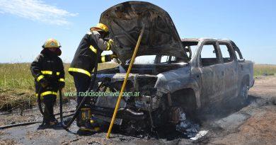 El fuego destruyó camioneta Amarok de vecino de Tres Sargentos