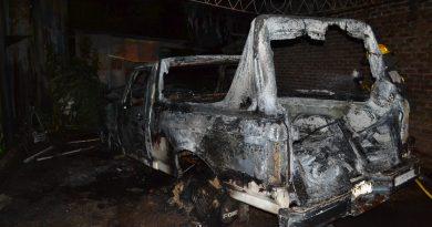 Imagen de la camioneta destruida por el fuego.