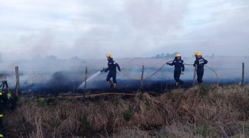 Bomberos Voluntarios de Rawson sofocando el fuego