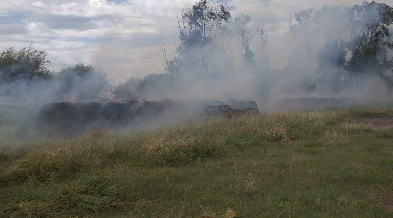 El fuego declarado sobre los rollos de pasto