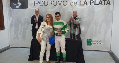 Maria Cirulli entrega al premio al ganador, Sergio Barrionuevo