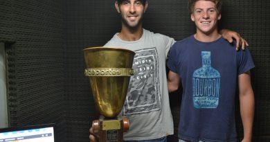 Maximiliano y Vicente con la copa ganada en Las Heras