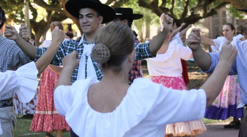 Bailarines en plaza de Rawson.